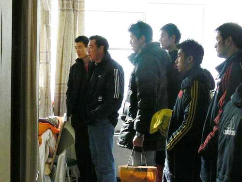 图文:中国男排医院探病 队友注视病床上的汤淼