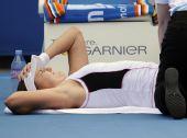 图文:佩特洛娃惨遭爆冷 躺倒在地