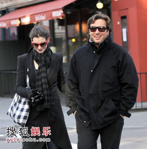 海瑟薇与富商男友逛街
