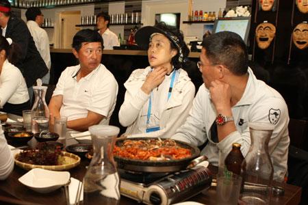 图文:金花们吃韩食调整放松 孙晋芳等饭后闲聊