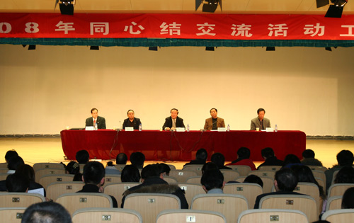 北京奥组委执行副主席向各区县赠送步行式福娃气模