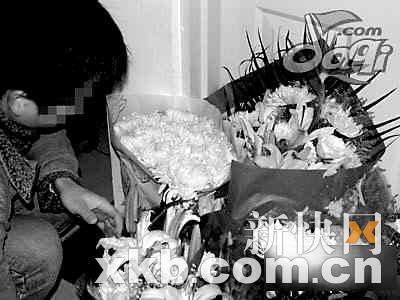 1月19日,网友自发来到姜岩生前居住的小区悼念她。