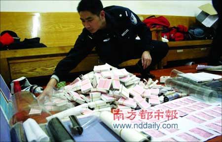 民警清查吴某制造的假火车票成品和半成品。