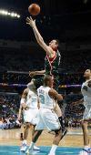 图文:[NBA]雄鹿VS黄蜂 博古特抛射