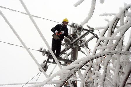 1月20日,黔东南州锦屏县电力职工抢修遭受冰冻灾害的电力设施。