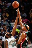 图文:[NBA]雄鹿负黄蜂 维拉纽瓦争球