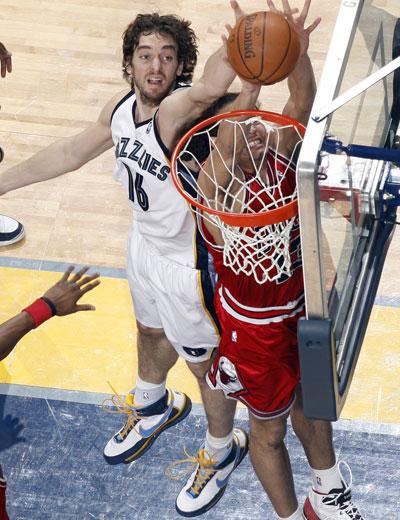 图文:[NBA]灰熊战胜公牛 加索尔奋力封盖