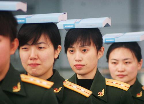 1月21日,沈阳边防检查站的出入境女检查员在礼仪培训员指导下进行站姿训练。