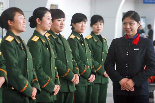 1月21日,沈阳边防检查站的出入境女检查员在进行站姿训练。