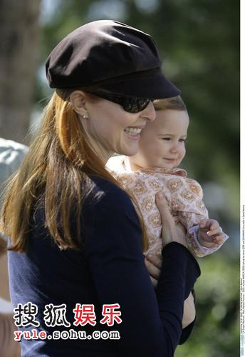 玛西娅-克罗斯与女儿共享天伦