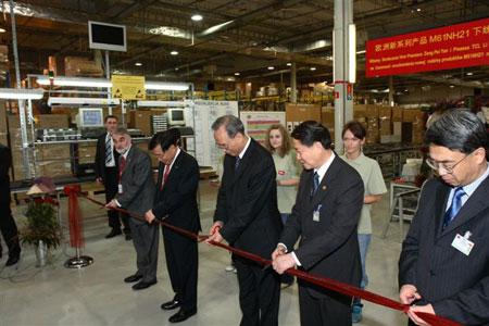 国务院副总理曾培炎(中)为TCL欧洲新系列产品下线剪彩