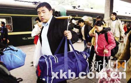 广州火车站站台,旅客们扛着大包小包的行李踏上返乡旅程。新快报记者 陈昆仑/摄