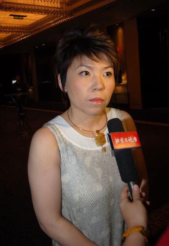 图文:出席时尚女性颁奖典礼 邓亚萍接受采访