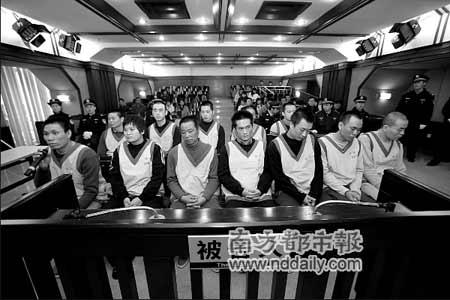 邓伟波等12人受审,左一为邓伟波,左二是龚南敏。通讯员罗伟雄摄