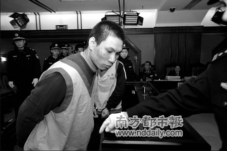 邓伟波被法警押进法庭。通讯员罗伟雄摄