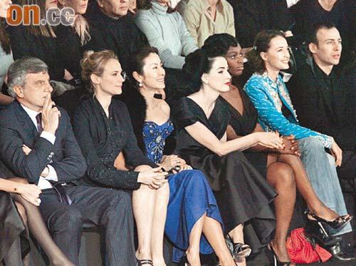 杨紫琼(左三)坐在第一排看秀,尽显VIP地位