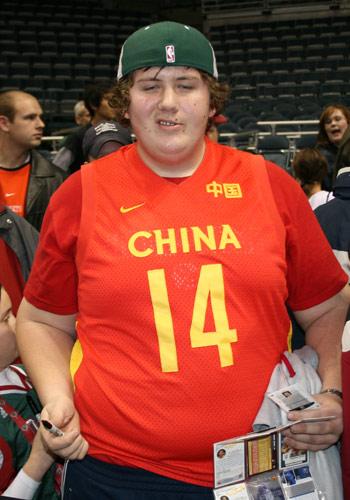 图文:[NBA]雄鹿vs太阳 球迷穿中国国家队队服