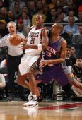 图文:[NBA]太阳VS雄鹿 希尔认真防守