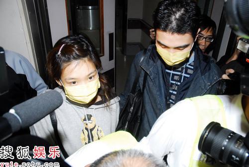 郑欣宜当晚九时许由陈家豪陪同离开医院
