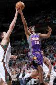 图文:[NBA]太阳VS雄鹿 巴博萨手托宝塔