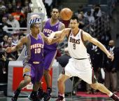 图文:[NBA]太阳VS雄鹿 阿联与对手抢位