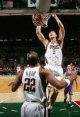 图文:[NBA]太阳VS雄鹿 阿联暴扣对手