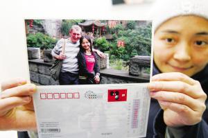 朱晓川和男友理查德在重庆拍摄的照片,被朱晓川制作成明信片,送给理查德的亲人 记者 徐元宾 摄