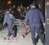 组图:警方将希斯-莱杰遗体运出公寓