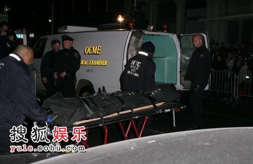 遗体被抬出公寓