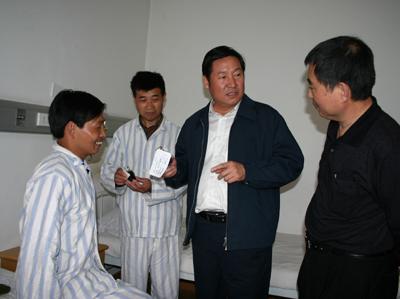 国家煤矿安全监察局赵铁锤局长(中)在尘肺病康复中心李玉环院长(右