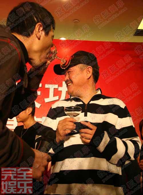 赵本山出席《集结号》庆功宴,冯小刚一饮而尽