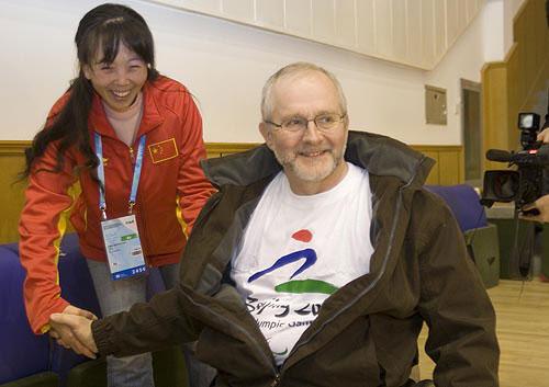 克雷文与中国队工作人员握手