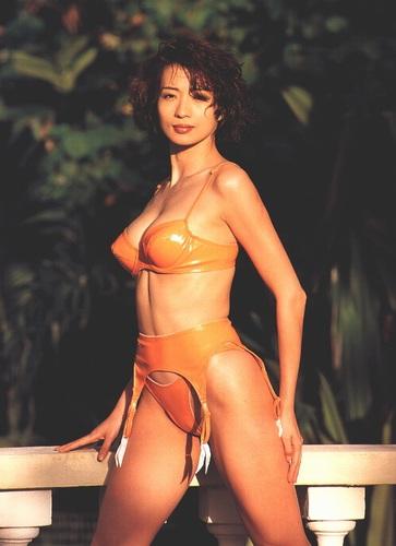 组图:远嫁日本的台湾女星 湿身诱惑写真