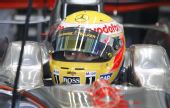 图文:F1瓦伦西亚官方试车 汉密尔顿坐在车内