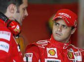 图文:F1瓦伦西亚官方试车 马萨正在聆听指导