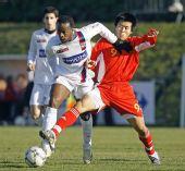 图文:[热身]国奥1-1里昂预备队 姜宁奋力对抗