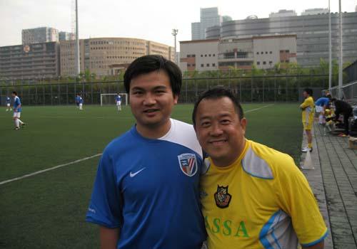 上海记者与曾志伟合影