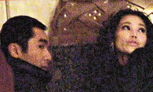 港版李察基尔有中国茱莉亚罗拔丝陪食取暖,莫可欣唯有独守香港,继续自导自演