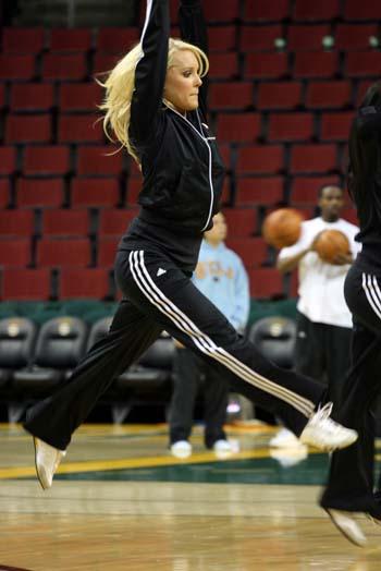 图文:[NBA]火箭VS超音速宝贝表演 来个跨栏