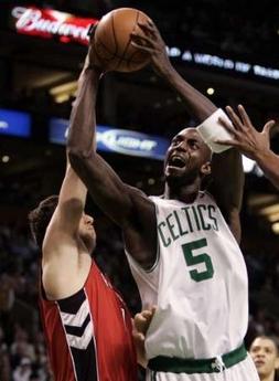 图文:[NBA]猛龙胜凯尔特人 加内特强攻篮下