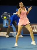图文:莎拉波娃VS扬科维奇 猛女反手大力回球