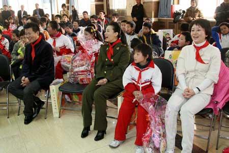 谭晶、王宏伟和孤残儿童在一起