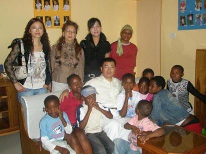 图文:全非洲统促会访博茨瓦纳 与孤儿在一起