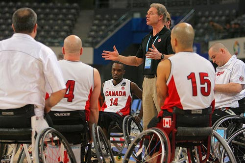 图文:轮椅篮球加拿大68-51荷兰 教练讲解战术