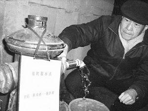 武汉市不少居民因水箱结冰、水管冻裂而家里停水,不得不外出用桶接水。实习生王毅摄