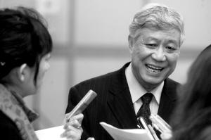 市高院院长秦正安正在接受记者采访。本报记者 张斌 摄