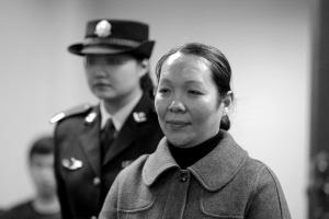 昨天,温瑞萍在市一中院出庭受审。