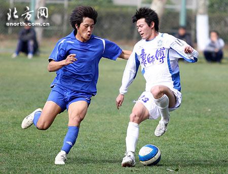 图文:[热身]天津0-2安徽 马磊磊精彩停球过人