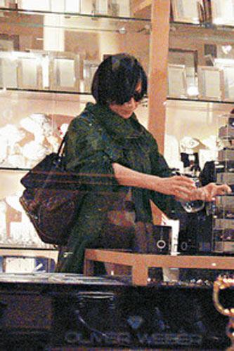 嘉玲日前于中环Shopping,不过今次并非买衣服买手袋,而是专注拣玻璃杯及银器,为新居添摆设
