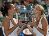 图文:女双邦达连科姐妹夺冠 姐妹俩亲吻奖杯